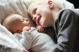 mirar-amor-hermano-mayor-bebc3a9-recic3a9n-nacido-imagen-comercialmente-disponible_csp26254466.jpg